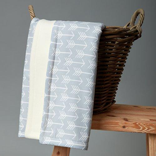 kraftkids babydecke in wei e pfeile auf grau kuscheldecke 70 cm x 100 cm fleecedecke mit liebe. Black Bedroom Furniture Sets. Home Design Ideas